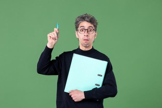 녹색 배경 작업 비즈니스 교사 작업 수업에 문서 스튜디오 촬영을 들고 젊은 남자의 초상화
