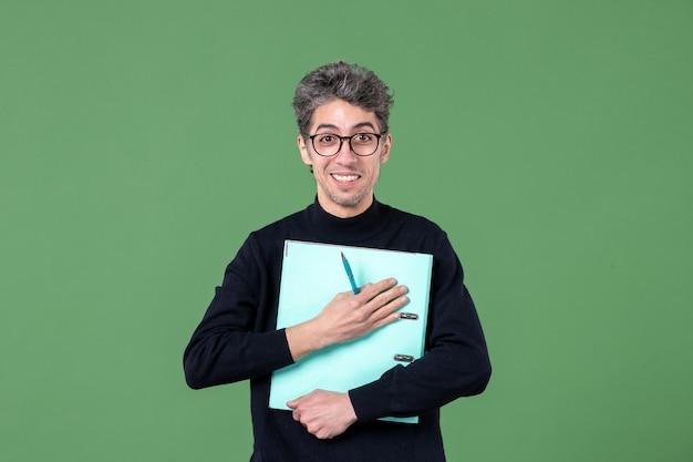 녹색 배경 작업 비즈니스 작업 교사에 촬영 문서 스튜디오를 들고 젊은 남자의 초상화