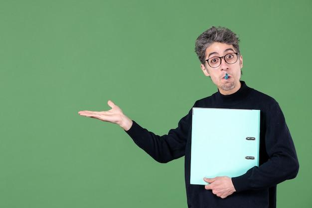 녹색 배경 직업 수업 교사 사업에 문서 스튜디오 촬영을 들고 젊은 남자의 초상화