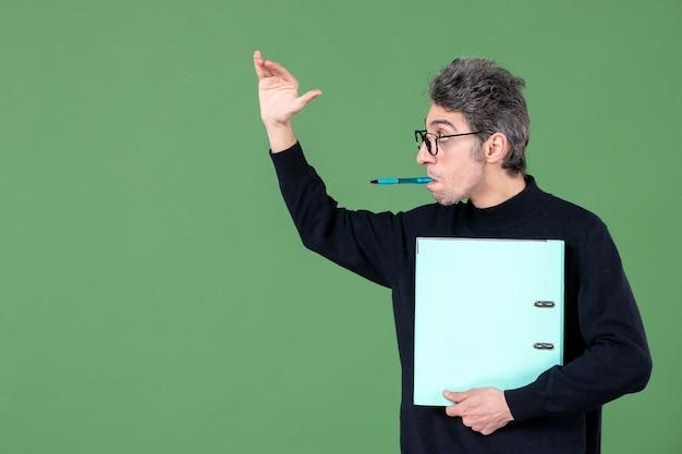 녹색 배경 직업 수업 교사에 문서 스튜디오 촬영을 들고 젊은 남자의 초상화