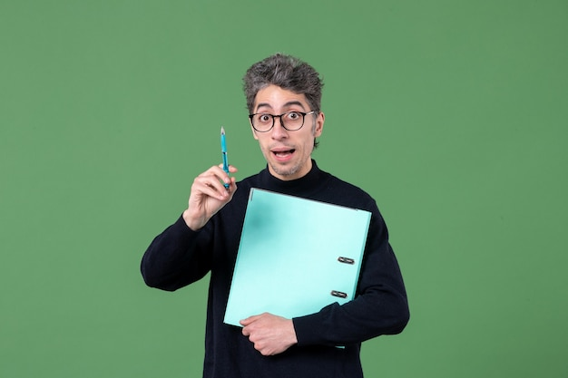 녹색 배경 직업 교사 비즈니스 남성에 총에 문서 스튜디오를 들고 젊은 남자의 초상화