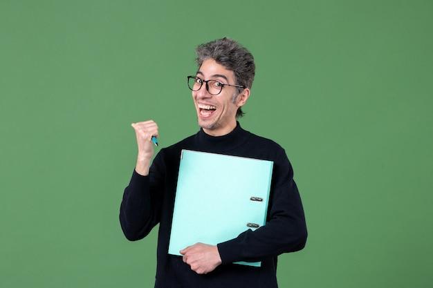 녹색 배경 작업 수업 비즈니스에 문서 스튜디오 촬영을 들고 젊은 남자의 초상화