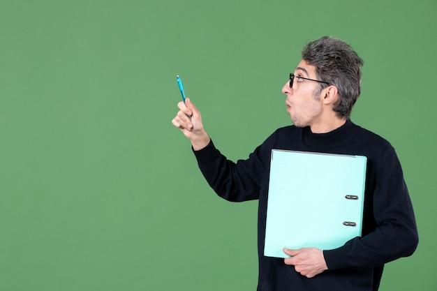녹색 배경 수업 작업 비즈니스 교사에 촬영 문서 스튜디오를 들고 젊은 남자의 초상화