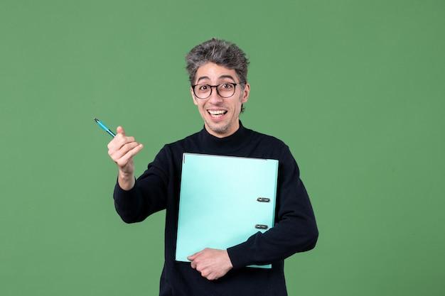 녹색 배경 수업 작업 비즈니스 작업 교사에 문서 스튜디오 촬영을 들고 젊은 남자의 초상화
