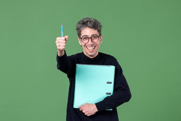 녹색 배경 수업 작업 비즈니스 작업 교사에 촬영 문서 스튜디오를 들고 젊은 남자의 초상화