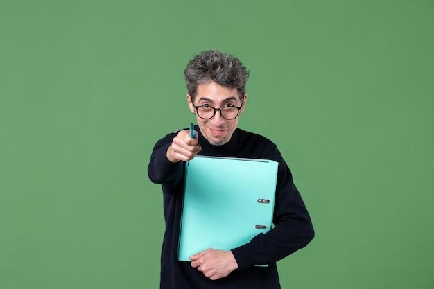 녹색 배경 수업 작업 비즈니스 작업에 문서 스튜디오 촬영을 들고 젊은 남자의 초상화
