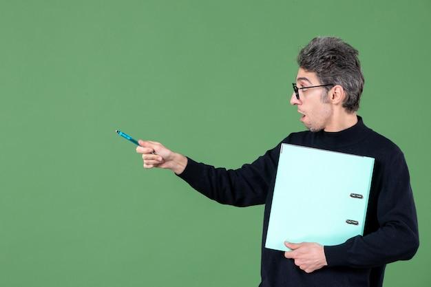 녹색 배경 수업 작업 교사에 문서 스튜디오 촬영을 들고 젊은 남자의 초상화