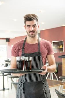 Портрет молодого человека, проведение лоток в ресторане