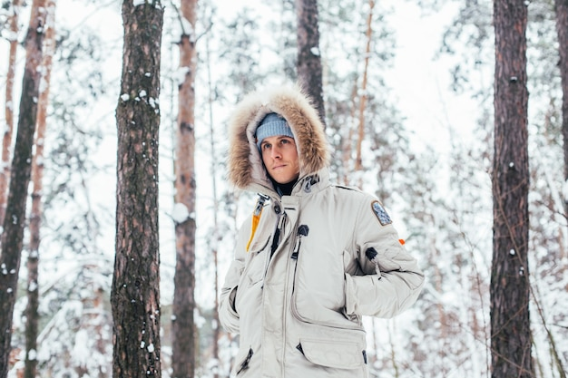 寒い深い冬のコートを着た若い男の肖像画