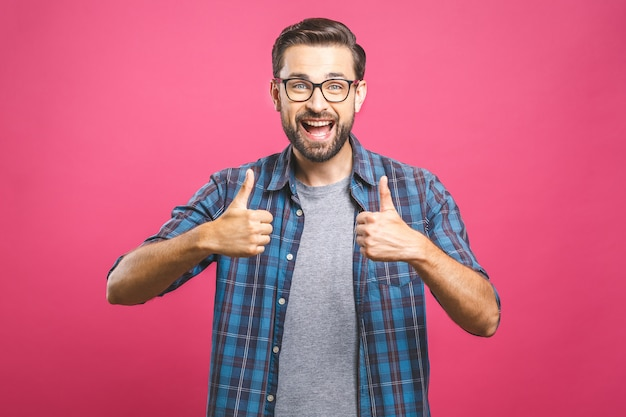 親指を現してメガネの若い男の肖像