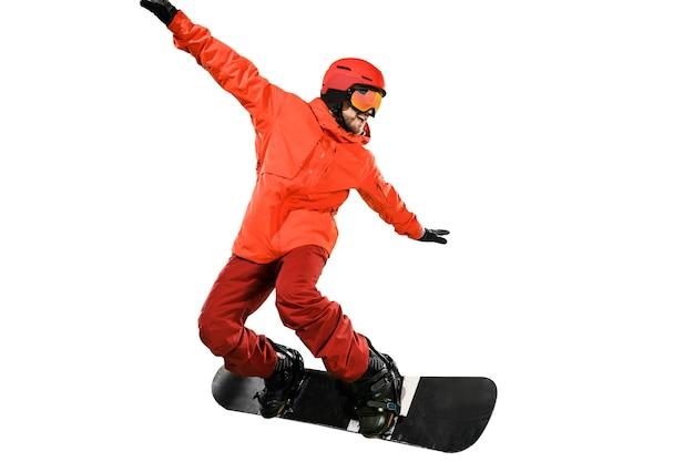 白い背景で隔離のスノーボードとスポーツウェアの若い男の肖像画。