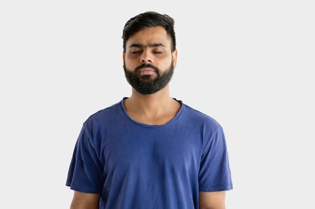 白いスタジオで隔離の若い男の肖像画