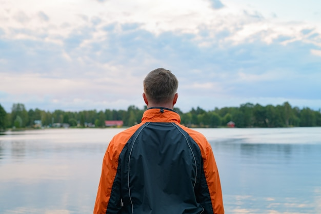 호수의 평화로운보기에 젊은 남자의 초상화
