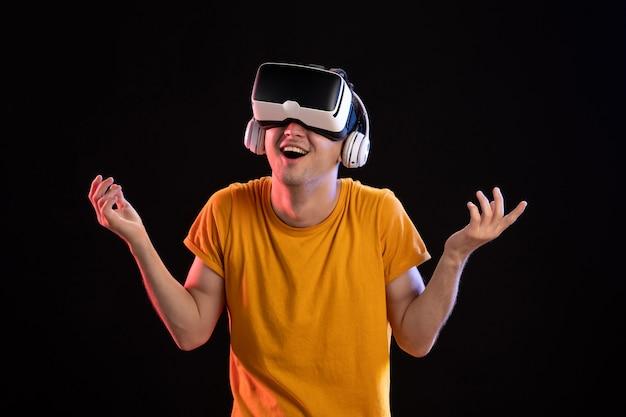 어두운 책상 게임 비주얼 비전 d 기술에 헤드폰에서 vr을 재생하는 젊은 남자의 초상화