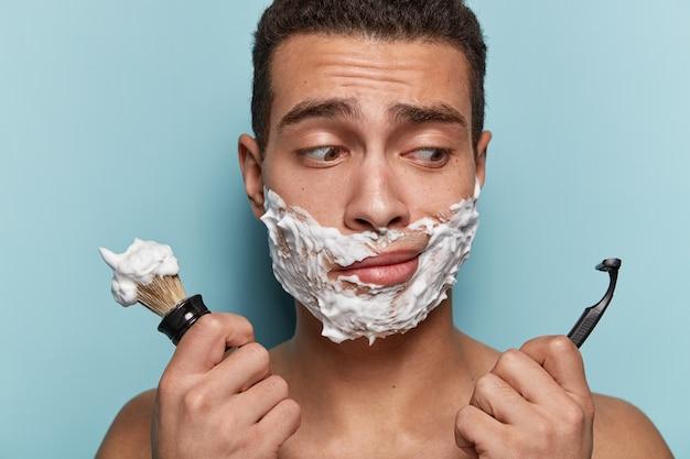 彼のひげを剃っている若い男の肖像画