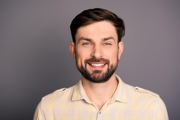 Портрет молодого человека улыбается
