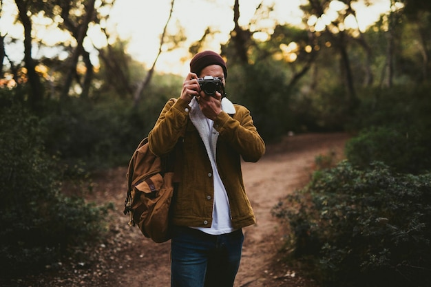 屋外で写真を撮る若い男の肖像