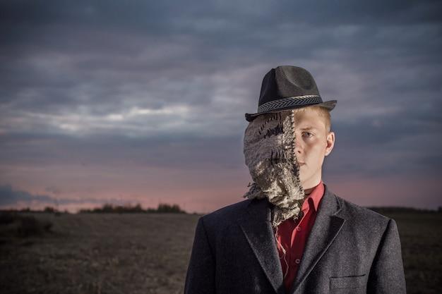 Портрет молодого человека превратился в пугало