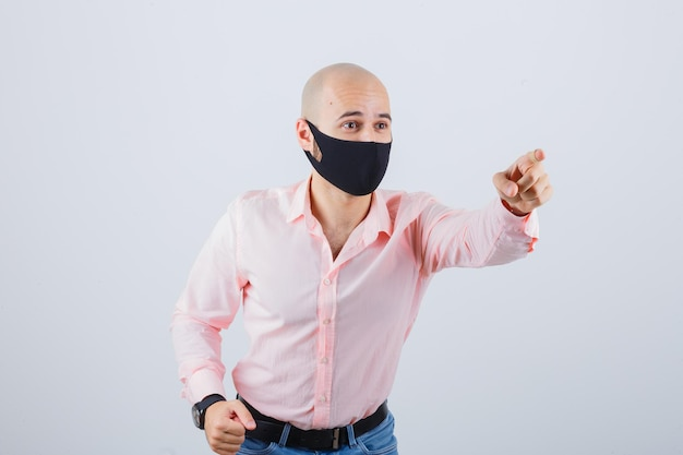 보호 마스크를 착용하는 젊은 남자의 초상화 무료 사진