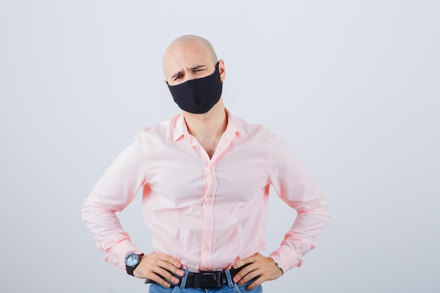 보호 마스크를 착용하는 젊은 남자의 초상화