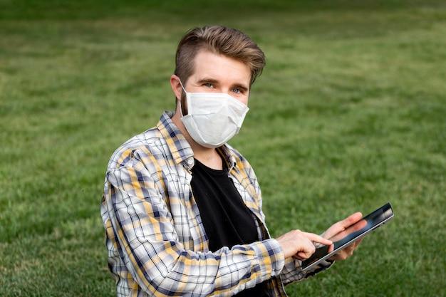 Портрет молодого человека в маске для лица