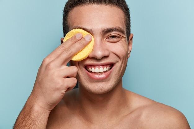 Портрет молодого человека, вытирающего лицо губкой