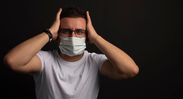 医療インフルエンザマスクを持つ若い男の肖像画