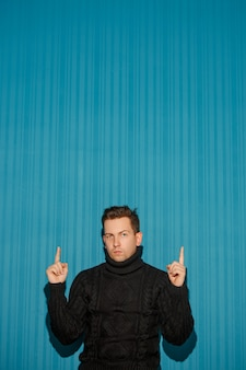 블루 스튜디오에 나타나는 심각한 표정으로 젊은 남자의 초상화
