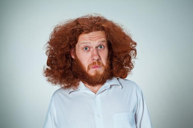 Портрет молодого человека с шокированным выражением лица