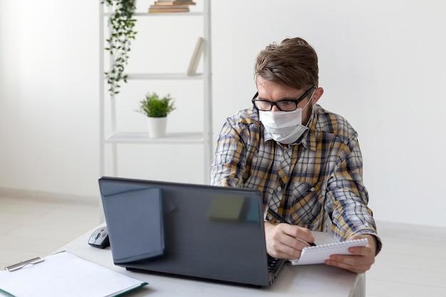 Портрет молодого человека, работающего из дома