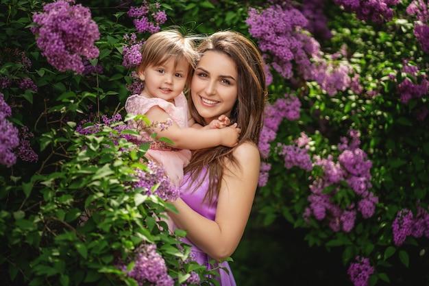 幼児の娘を持つ若い母親の肖像画