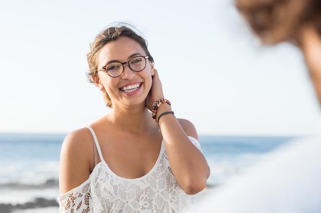 眼鏡をかけ、正面を見て若い多民族の女性の肖像画