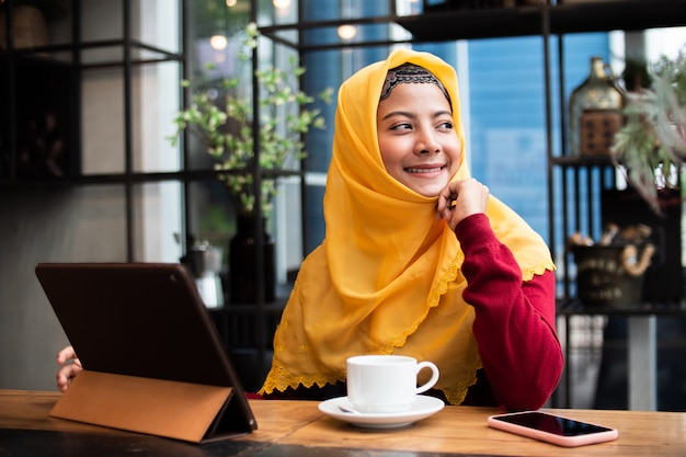 コーヒーショップで若いイスラム教徒の女性の肖像画