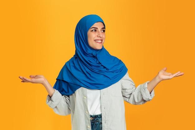 黄色の若いイスラム教徒の女性の肖像画