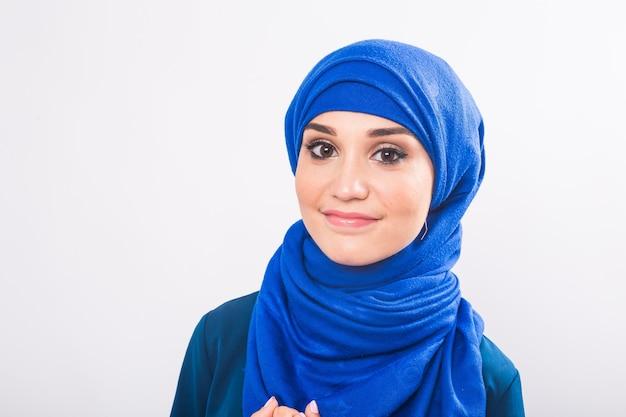 Портрет молодой мусульманской женщины в традиционной арабской одежде.