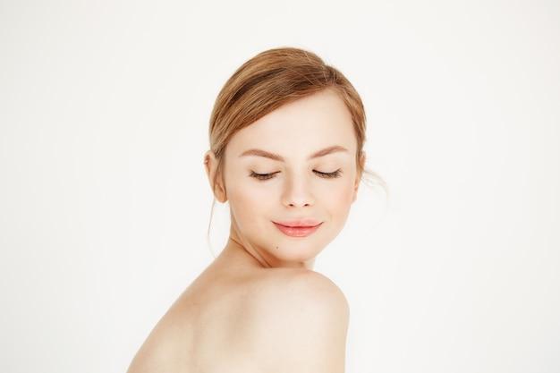 건강 한 깨끗 한 피부 내려다보고 웃 고 젊은 벌 거 벗은 아름 다운 여자의 초상화. 페이셜 트리트먼트.
