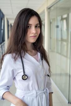 クリニックの若い看護師の肖像画。ヘルスケアの概念。