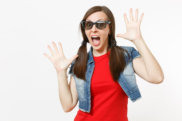 Портрет молодой обрадованной привлекательной женщины с открытым ртом в 3d-очках и повседневной одежде, смотрящей кинофильм, разводя руками, изолированными в студии на белом фоне. эмоции в концепции кино.