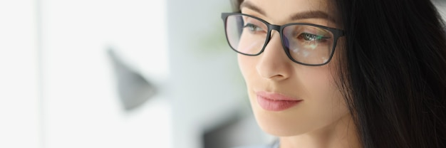 Портрет молодой задумчивой бизнес-леди в очках, глядя в окно