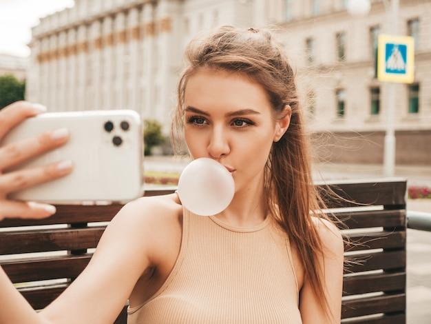 Портрет молодой игривой хипстерской девушки