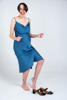 青いドレスを着た若い妊婦の肖像画