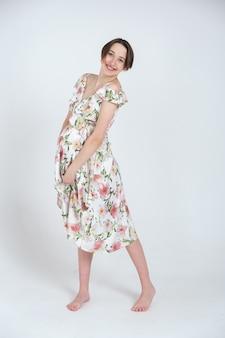 夏のドレスを着た若い妊婦の肖像画