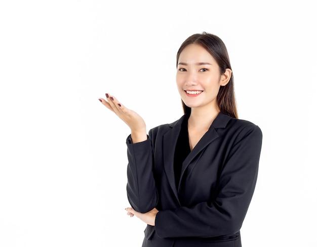 그녀의 손으로 뭔가 제시하는 검은 양복에 젊은 꽤 아시아 경제인의 초상화