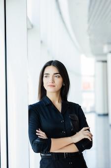 Портрет молодой красивой деловой женщины в офисе.
