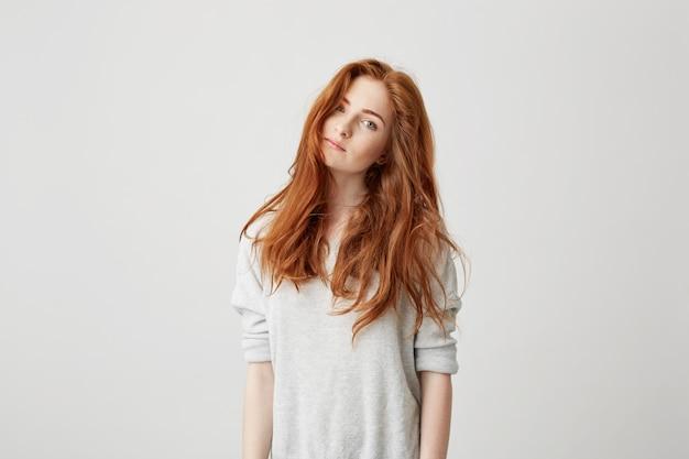 美しいセクシーな髪の若いきれいな女の子の肖像画。