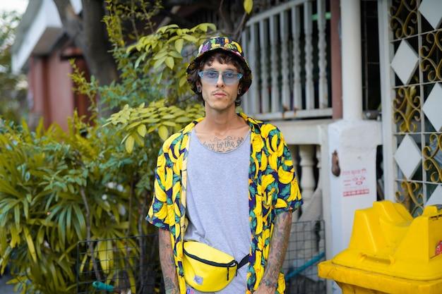 屋外の通りで若い反抗的な男の肖像画