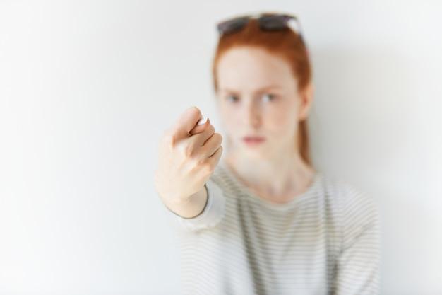 Портрет молодой рыжеволосой женщины в солнечных очках