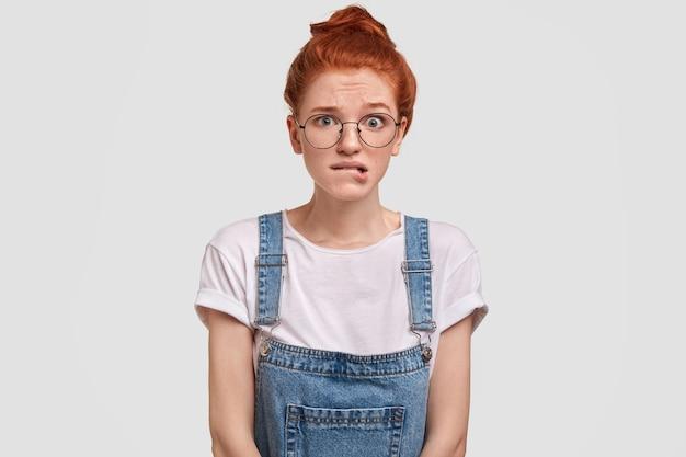 젊은 빨간 머리 여자의 초상화