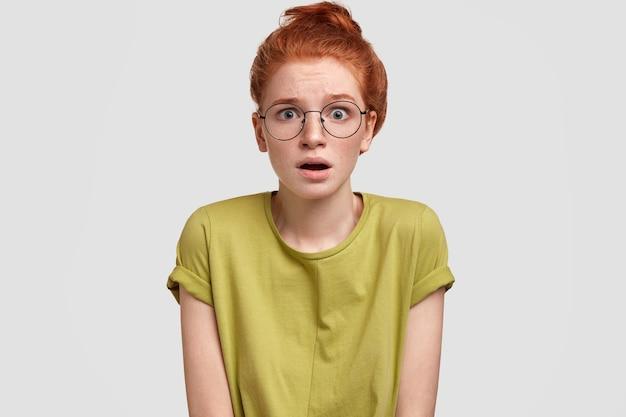 Портрет молодой рыжеволосой женщины