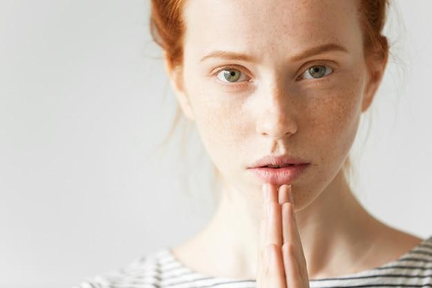 若い赤髪の女性の肖像画